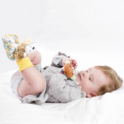 sonajero y patucos para bebé